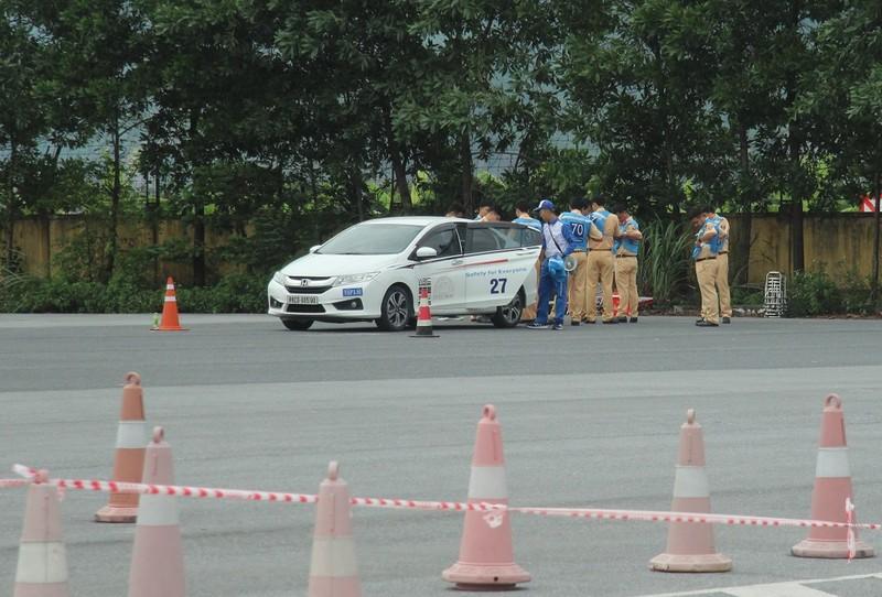 Ngắm kỹ năng lái xe điêu luyện của CSGT dẫn đoàn - ảnh 5