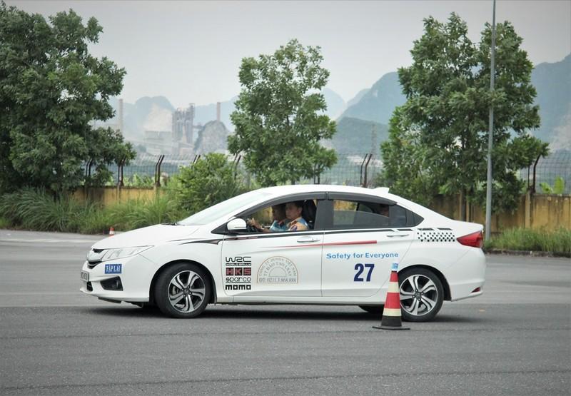Ngắm kỹ năng lái xe điêu luyện của CSGT dẫn đoàn - ảnh 7