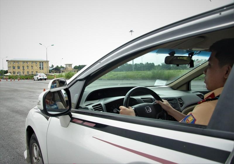 Ngắm kỹ năng lái xe điêu luyện của CSGT dẫn đoàn - ảnh 6
