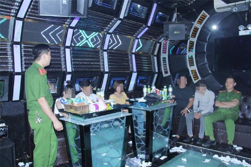 12 nam nữ thuê phòng VIP bay lắc trong quán karaoke - ảnh 1