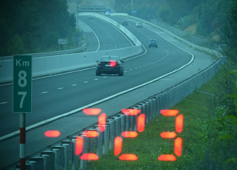 Tài xế BMW phóng xe 223km/h vì… vội đi ăn cưới - ảnh 1
