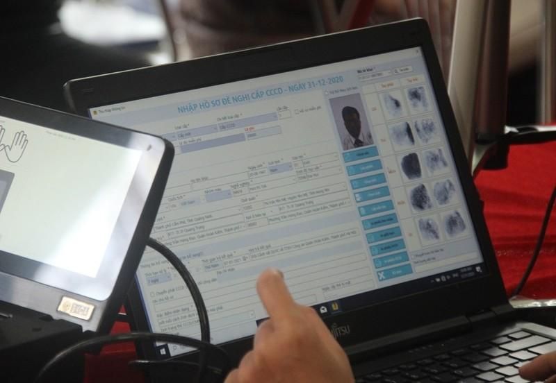 Cận cảnh công an cấp thẻ CCCD gắn chip cho người dân - ảnh 4