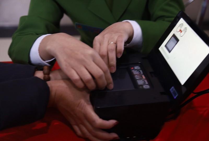 Cận cảnh công an cấp thẻ CCCD gắn chip cho người dân - ảnh 7