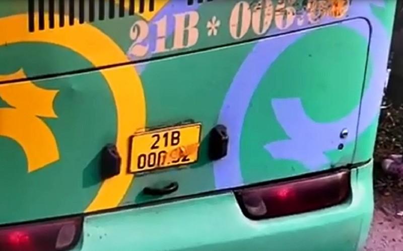 Tài xế xe khách dán băng dính vào biển số để né phạt nguội - ảnh 1