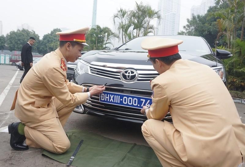 CSGT kiểm định, gắn biển tạm cho 109 ô tô phục vụ Đại hội XIII - ảnh 1