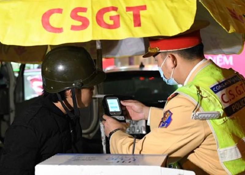 Tài xế say xỉn lăng mạ, tấn công CSGT khi đo nồng độ cồn - ảnh 1