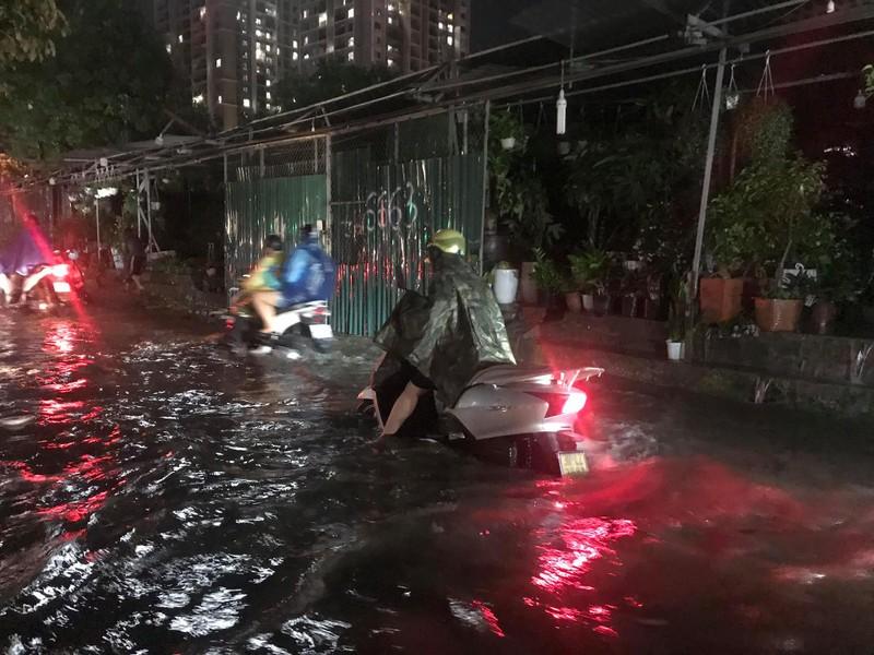 Mưa lớn sau nắng gắt, nhiều phố Hà Nội ngập nước - ảnh 1