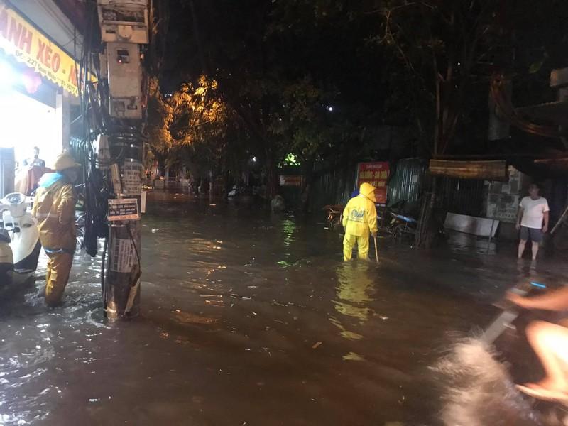 Mưa lớn sau nắng gắt, nhiều phố Hà Nội ngập nước - ảnh 2