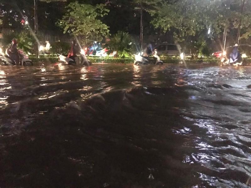 Mưa lớn sau nắng gắt, nhiều phố Hà Nội ngập nước - ảnh 9