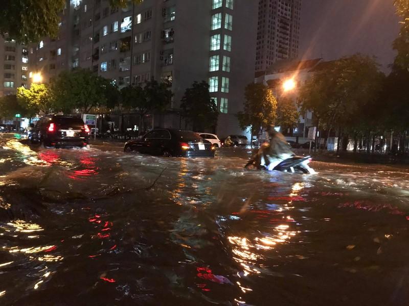 Mưa lớn sau nắng gắt, nhiều phố Hà Nội ngập nước - ảnh 10