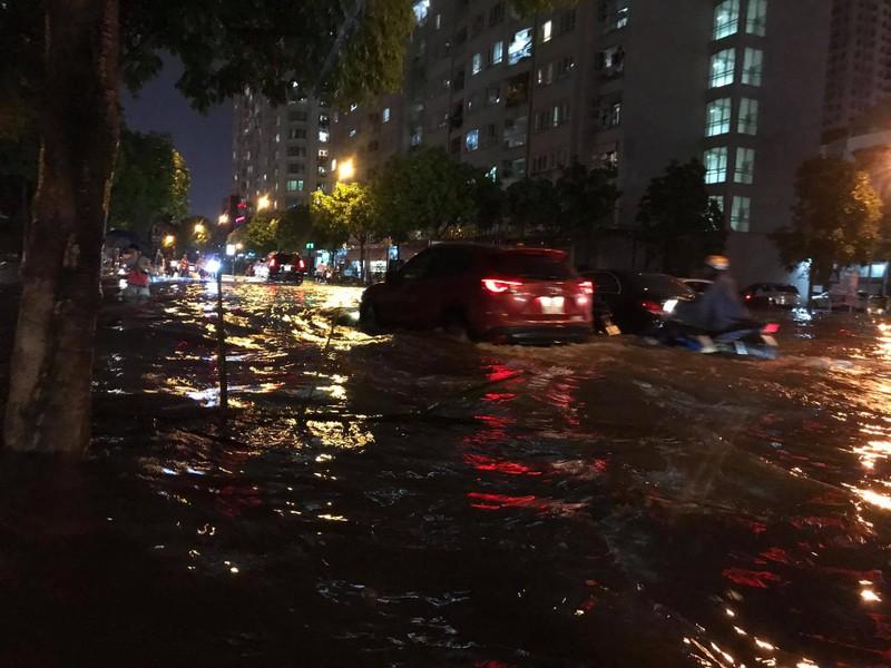 Mưa lớn sau nắng gắt, nhiều phố Hà Nội ngập nước - ảnh 11