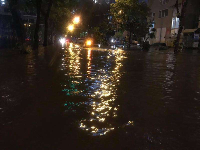 Mưa lớn sau nắng gắt, nhiều phố Hà Nội ngập nước - ảnh 12