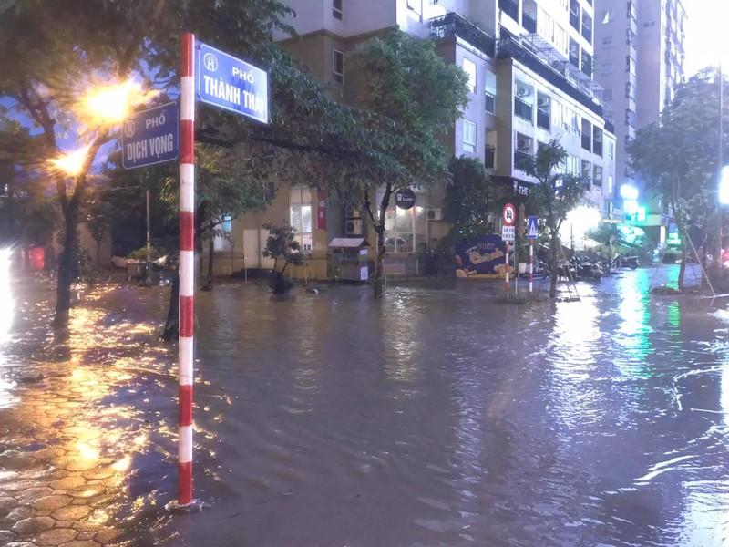 Mưa lớn sau nắng gắt, nhiều phố Hà Nội ngập nước - ảnh 4