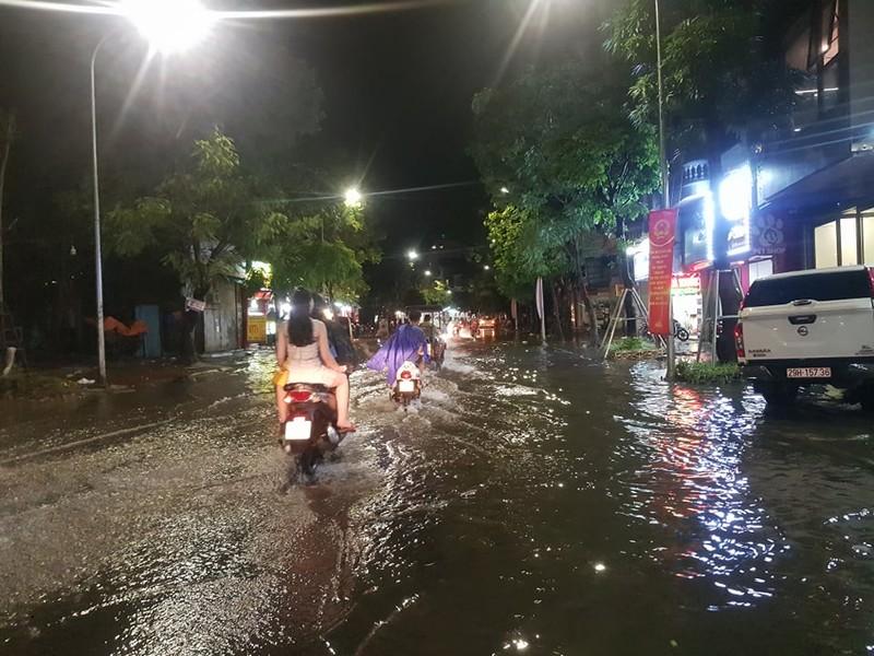 Mưa lớn sau nắng gắt, nhiều phố Hà Nội ngập nước - ảnh 5