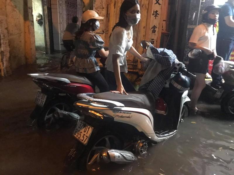 Mưa lớn sau nắng gắt, nhiều phố Hà Nội ngập nước - ảnh 6