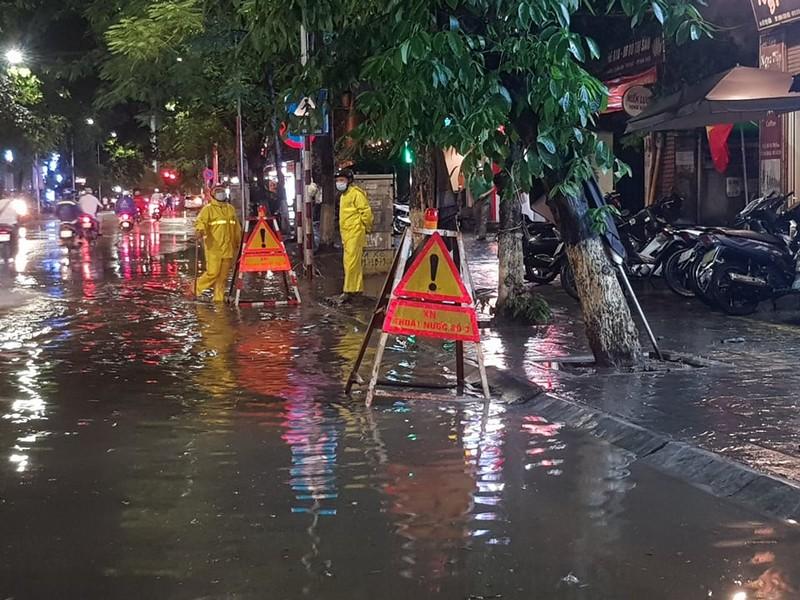 Mưa lớn sau nắng gắt, nhiều phố Hà Nội ngập nước - ảnh 7
