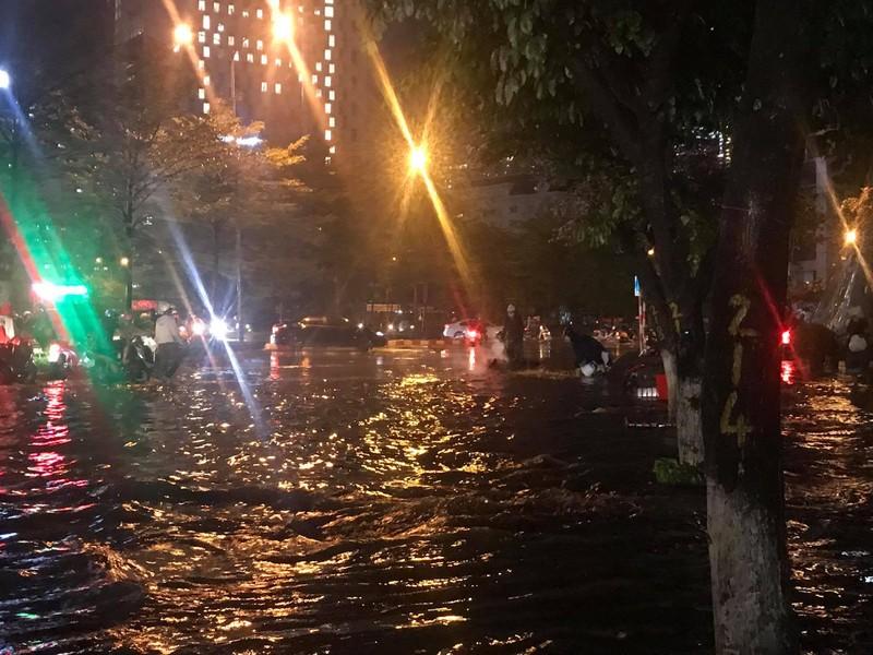 Mưa lớn sau nắng gắt, nhiều phố Hà Nội ngập nước - ảnh 8