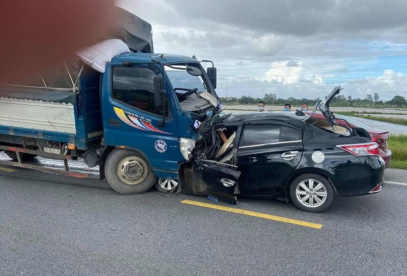 Va chạm với xe tải, cả 3 người trên xe con tử vong - ảnh 1