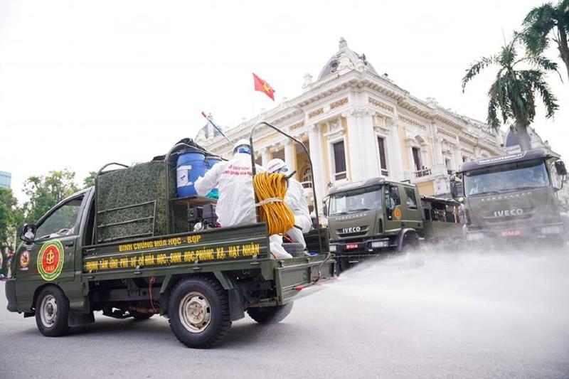 Hà Nội: Binh chủng hóa học, Bộ tư lệnh Thủ đô bắt đầu phun khử khuẩn diện rộng - ảnh 1