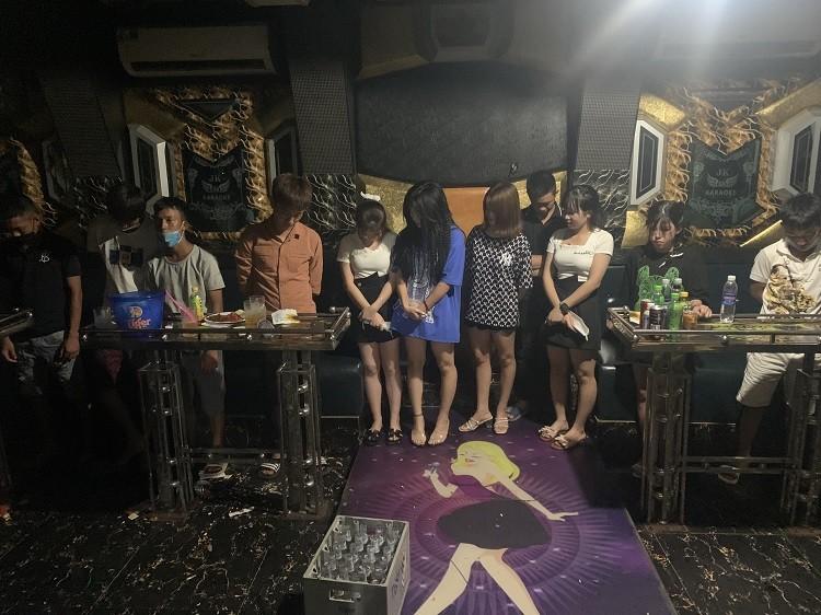 Bất chấp lệnh cấm, chủ quán karaoke vẫn lén lút cho 19 nam nữ hát hò - ảnh 1