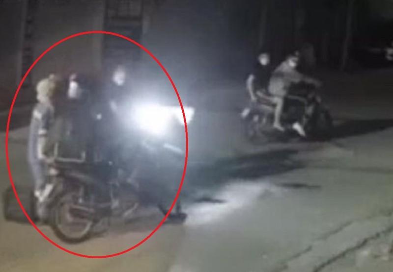 Công an quận Nam Từ Liêm góp tiền tặng xe máy cho nữ lao công bị cướp - ảnh 2