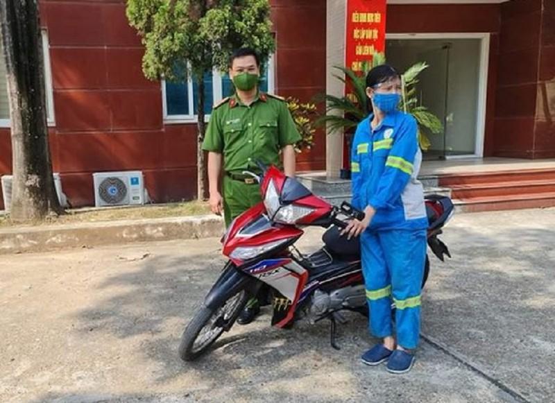 Công an quận Nam Từ Liêm góp tiền tặng xe máy cho nữ lao công bị cướp - ảnh 1