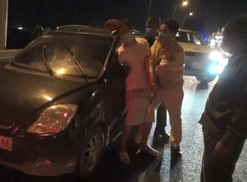 CSGT chặn cao tốc để khống chế người say xỉn, trốn khỏi khu cách ly - ảnh 1