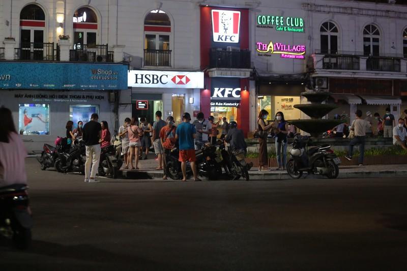 Người dân Hà Nội ùn ùn ra đường đêm trung thu, như chưa hề có COVID-19 - ảnh 10