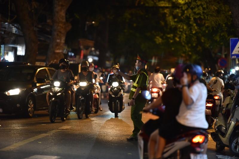Người dân Hà Nội ùn ùn ra đường đêm trung thu, như chưa hề có COVID-19 - ảnh 3