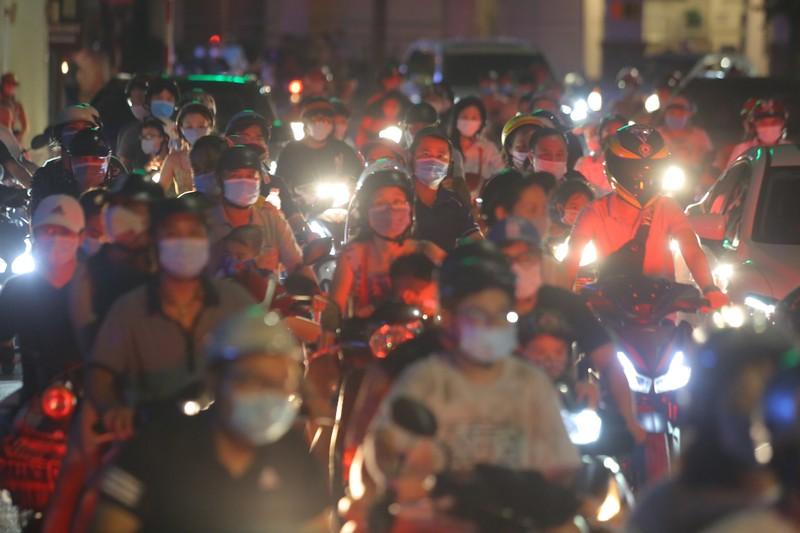 Người dân Hà Nội ùn ùn ra đường đêm trung thu, như chưa hề có COVID-19 - ảnh 2