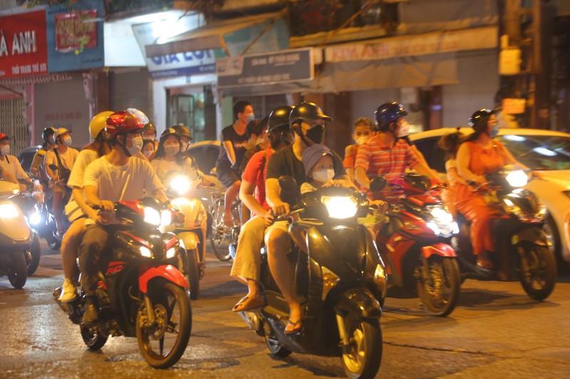 Người dân Hà Nội ùn ùn ra đường đêm trung thu, như chưa hề có COVID-19 - ảnh 4