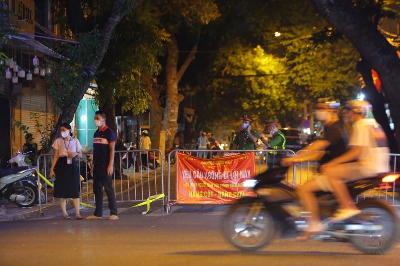 Người dân Hà Nội ùn ùn ra đường đêm trung thu, như chưa hề có COVID-19 - ảnh 6