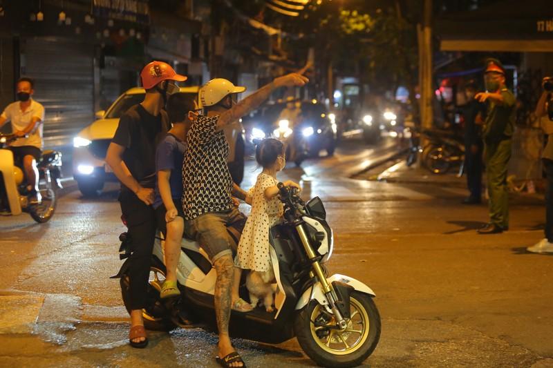 Người dân Hà Nội ùn ùn ra đường đêm trung thu, như chưa hề có COVID-19 - ảnh 8
