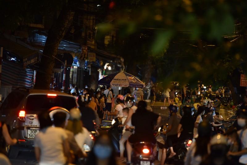 Người dân Hà Nội ùn ùn ra đường đêm trung thu, như chưa hề có COVID-19 - ảnh 9