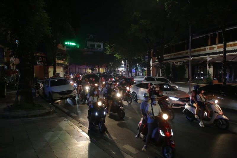 Người dân Hà Nội ùn ùn ra đường đêm trung thu, như chưa hề có COVID-19 - ảnh 1