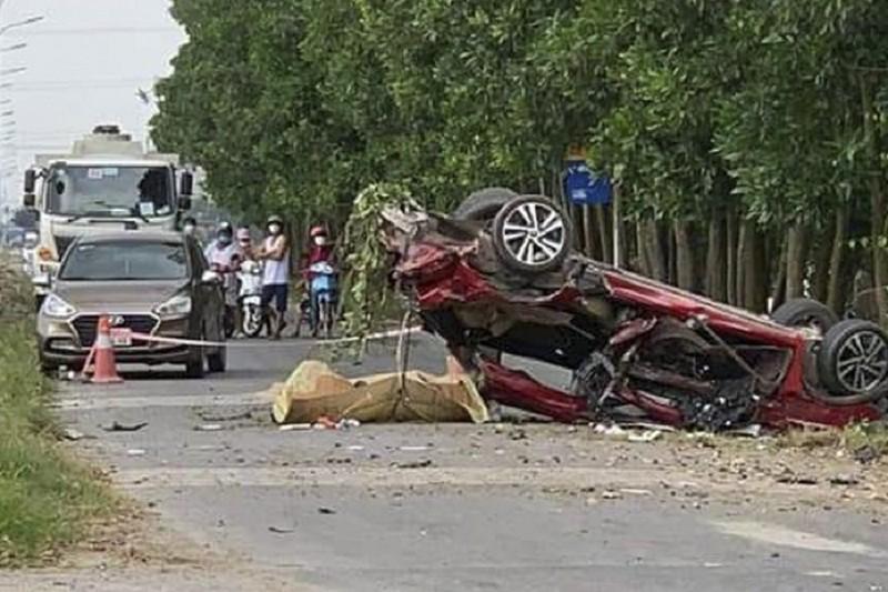 Xe con biến dạng sau va chạm với xe tải, 3 người tử vong - ảnh 1