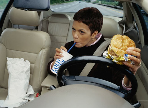 Những thói quen phụ nữ nên bỏ khi lái xe - ảnh 3