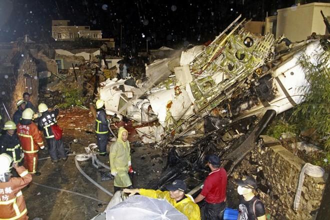 Tìm thấy hộp đen trong vụ rơi máy bay thảm khốc ở Đài Loan - ảnh 1