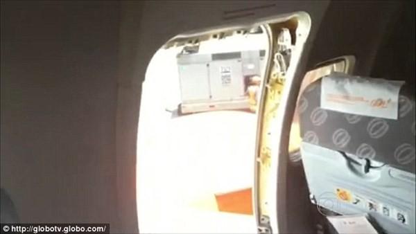 Điều hòa hỏng, mở cửa thoát hiểm máy bay để hóng gió - ảnh 3
