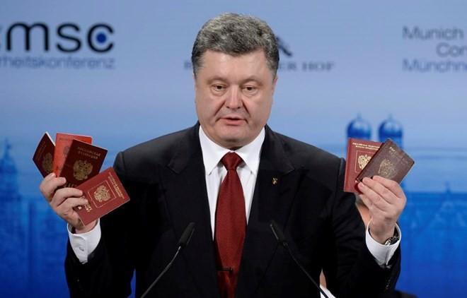 """Ông Poroshenko công bố """"bằng chứng"""" tố Nga tham chiến ở Đông Ukraine - ảnh 1"""