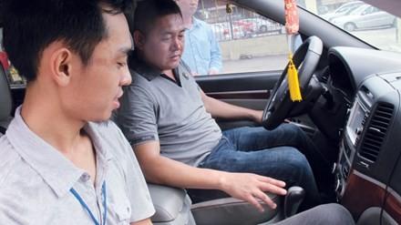 Học viên đang làm quen với xe số tự động (Chụp tại Trung tâm đào tạo và sát hạch lái Cty Ôtô số 2). Ảnh: Sỹ Lực.