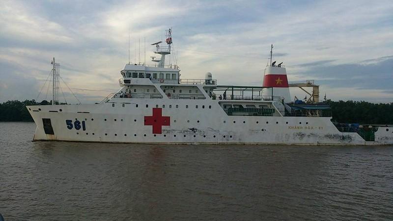 Tàu Bệnh viện HQ 561 đưa thi thể quân nhân trên máy bay CASA 212