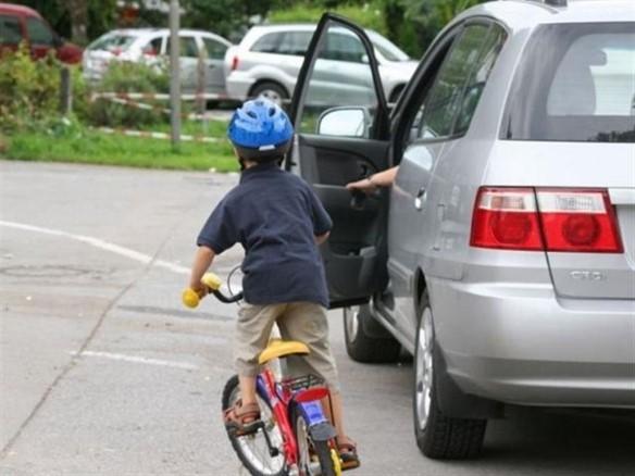 Mở cửa xe ô tô bất cẩn có bị xử phạt? - ảnh 1