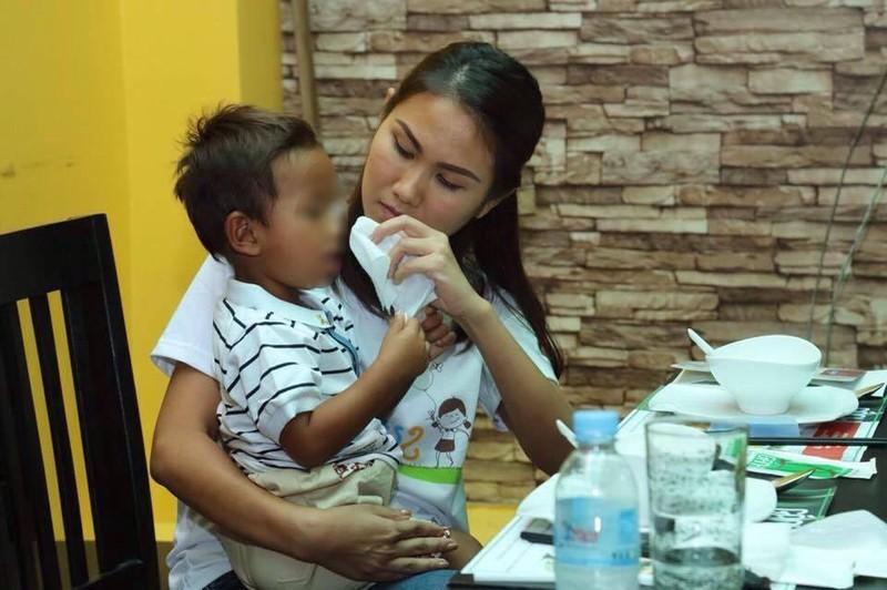 Con gái Thủ tướng Hunsen thăm bé trai bị  hành hạ - ảnh 2
