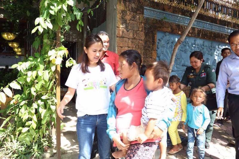 Con gái Thủ tướng Hunsen thăm bé trai bị  hành hạ - ảnh 5