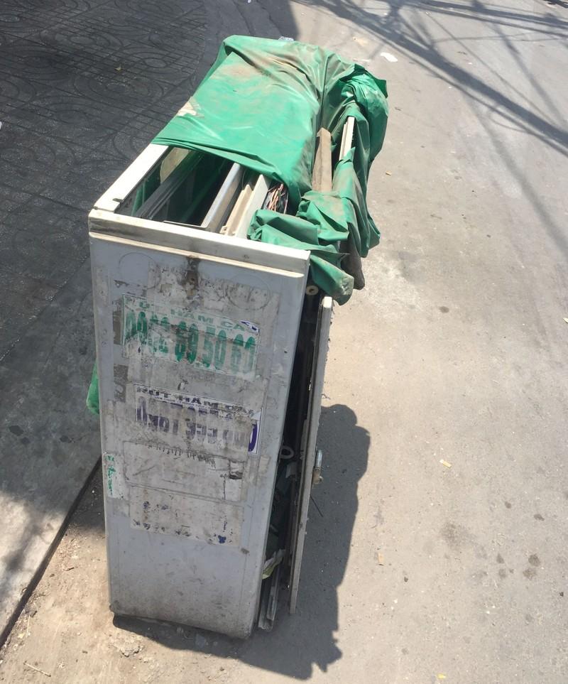 Tủ điện nằm dưới đường gây nguy hiểm cho người dân - ảnh 1