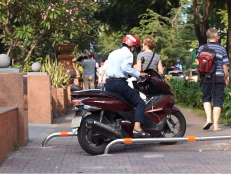 Điều khiển xe máy đi trên vỉa hè, bị phạt như thế nào? - ảnh 1