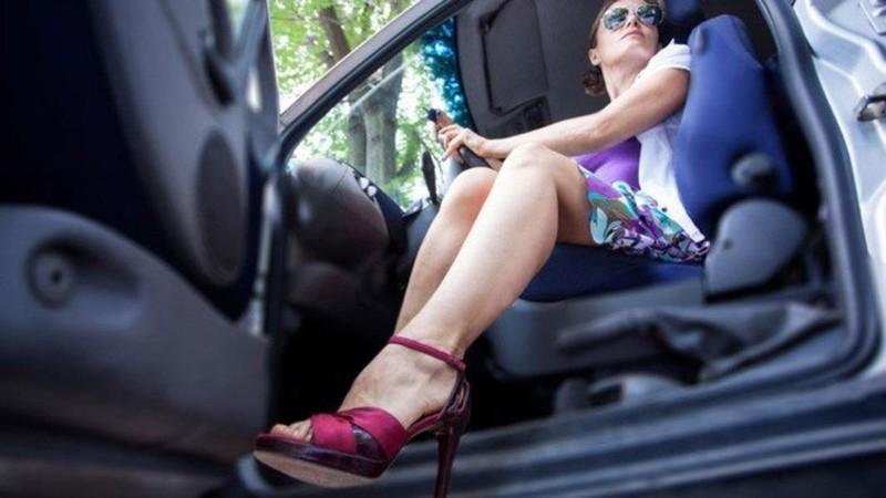 Phụ nữ lái xe: Có nên cấm mang giày cao gót? - ảnh 1