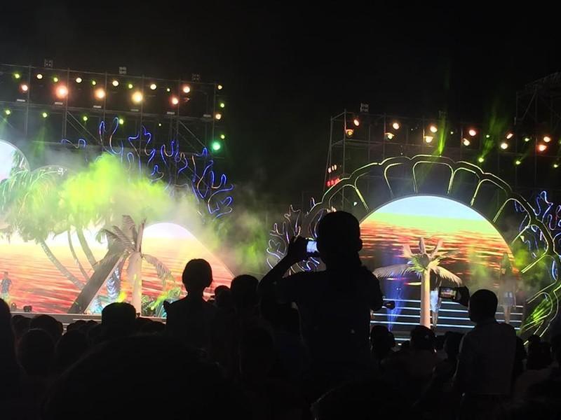 Đứng lên ghế ở lễ hội Sầm Sơn: Được mình, kệ người - ảnh 1
