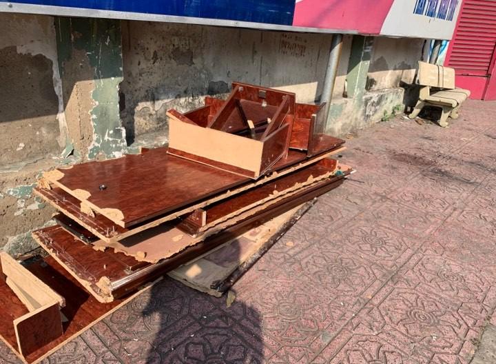 Bàn ghế cũ, ghế đá hư bỏ trên vỉa hè - ảnh 1